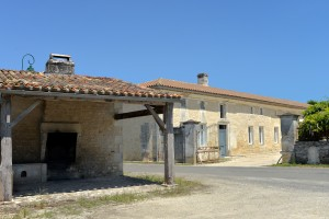 St-Georges Antignac : Four à pain communal sur une placette, près d'une belle maison charentaise.